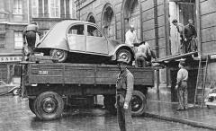 Koncem léta 1948 pořádali v pařížském hotelu Continental utajenou předpremiéru pro vybrané koncesionáře. 2CV mohli dostat do sálu vprvním poschodí jenom oknem. Obchodníci byli přispatření novinky zděšeni