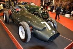"""Stirling Moss popsal tento monopost BRM Type P25 (1958) jako """"nejkonkurenceschopnější automobil Grand Prix s motorem vpředu, který se mi nejlépe řídil"""". Toto šasi č. 258 doprovází skvělá závodní historie; vzadu Bentley Speed Six Le Mans (1929), šasi BA2580"""