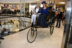 """Repliku tříkolky Benz Patent Motorwagen Nr. 3 řídila paní """"Bertha"""", vedle ředitelka centra Arkády Mgr. Denisa Gálová"""