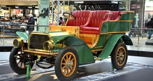 """Benz Parsifal 10/12 PS (1902 – 03) zavěšený vprostoru byl prvním automobilem, jenž nevypadal jako kočár. Zážehový, kapalinou chlazený motor sventilovým rozvodem SV o objemu 1727 cm3 (8,8 kW/ /12 k) měl rozprašovací tryskový karburátor. Jde ojediný """"přeživší"""" kus s dvouválcem, a navíc se přes sto let nachází na území ČR"""