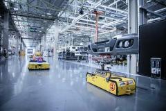 Digitálně síťově propojená autonomní vozidla přepravního systému FTS (Fahrerlose Transportsysteme) dodávají díly nákladních vozidel na novou montážní linku závodu Sao Bernardo do Campo (Sao Paulo) společnosti Mercedes-Benz do Brasil.