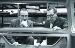 Zakladatelé automobilky DAF Hub (vlevo) aWim (vpravo), bratři van Doorneové. Fotografie pochází zprostředku šedesátých let minulého století.