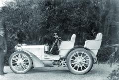 První Mercedes 35 hp zroku 1901. Automobil již vykazuje všechny tvarové hodnoty, které zněj dělají moderní vůz se spalovacím motorem. Jde ozcela první vůz dodaný Emilu Jellinekovi nazačátku roku 1901. Fotografováno vzahradě Jellinekovy vily naPromenade des Angles vNice.