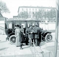 """Rodina Emila Jellineka vpřístavu """"Port Lympia"""" vNice urodinného vozu cestovní limuzíny Mercedes Simplex 60 HP. Fotografie pochází zroku 1914 abyla pořízena zpaluby parní jachty Mercedes II."""