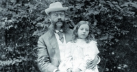 Emil Jellinek se svojí dcerkou Mercédès Adrienne Manuelou Ramonou, která se narodila 16. září 1889 vBaden uVídně. Jellinek si při jednání onových motorech pro nové automobily vroce 1900 vymínil uspolečnosti D.M.G., že ponesou jméno právě poní – Daimler Mercedes, resp. Mercedes.