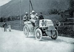 Emil Jellinek zařídítky vozu Daimler Phoenix sčtyřválcovým motorem omaximálním výkonu 24 knaSemmeringu vroce 1899. Vedle něj sedí nasedadle spolujezdce Hermann Braun – mechanik odDaimlerů. Vzadu, zleva doprava: Ferdinand Spiegel, Otto H. Zels aFernand Jellinek.