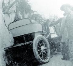 Bauerův závodní speciál Daimler Phoenix (23 k) nebyl při nehodě vzávodě dovrchu Nice-La Turbie vroce 1900 nijak zvlášť poškozen, bohužel řidič druhý den zraněním vnemocnici podlehl.