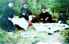 Jedna zvelmi raritních, prvních barevných, fotografií zroku 1905. Emil Jellinek se svojí druhou ženou Madelaine, řidičem adalším společníkem napikniku vplenéru.