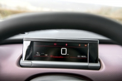 V zorném poli řidiče je ve všech verzích umístěn přehledný displej s nejdůležitějšími informacemi a kontrolkami