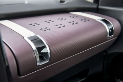 Přesunutí airbagu spolujezdce do stropu vytvořilo prostor pro objemnou schránku