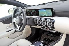 Dvojice digitálních displejů před volantem je standardem všech verzí