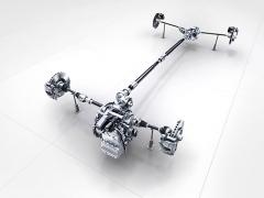 Výkonnější verze včetně A250 mají pro každé zadní kolo plně nezávislé čtyřprvkové závěsy (uprostřed), jež budou samozřejmostí též pro připravované varianty s pohonem všech kol