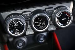 Ovládání klimatizace je řešeno klasickými ovladači, nikoli zdlouhavým hledáním vmenu na displeji. Jednoznačné plus