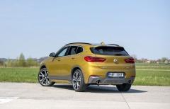BMW X2 působí velmi kompaktně. Zajímavostí jsou znaky BMW na zadních sloupcích