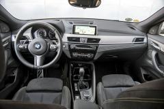 Palubní deska BMW X2 je shodná s modelem X1, což platí také pro tvar sedadel a pozici za volantem