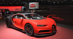 Bugatti Chiron Sport jako by poněkud ztratilo zesvé vytříbené elegance. Extrémně tuhý monokok zmateriálu suhlíkovými vlákny má vnější tvary navržené pro co nejdokonalejší chlazení