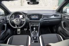 Palubní deska má specifický vzhled, vynikající ergonomií je T-Roc typickým Volkswagenem