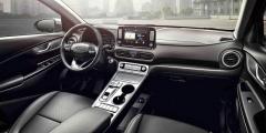 Hyundai Kona Electric se od ostatních verzí řady Kona uvnitř liší novým přístrojovým štítem a speciální visutou středovou konzolou