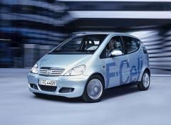 """Mercedes-Benz třídy A F-CELL (W 168). 60 prototypů se v roce 2004 stalo první ověřovací sérií automobilů s vodíkovými články na světě. Celý systém byl vestavěn do pověstné """"sendvičové"""" podlahy. Vůz měl dvě nádrže na stlačený vodík (350 barů), elektromotor s výkonem 65 kW (88 k) a dojezd 150 km. Z 0 na 100 km/h zrychlil za 16 s a dosáhl rychlosti 140 km/h"""