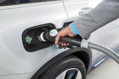 Stlačený vodík se tankuje hrdlem v místě obvyklém u vozů na benzín nebo naftu