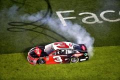 Austin Dillon (Chevrolet) slaví triumf v 60. ročníku Daytona 500 divácky oblíbenými piruetami