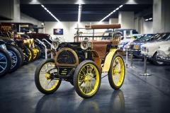 Někdo musel být první. V případě Renaultu to byl Type A z roku 1898. Vůz postavil Louis Renault a původně nebyl vůbec určen k prodeji, ale brzy se ukázal jeho potenciál, čehož zakladatel pohotově využil. Vůz o hmotnosti 200 kg dosahoval rychlosti až 32 km/h
