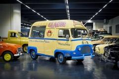 První vůz Renaultu s pohonem předních kol byl malý užitkový vůz zvaný Estafette. Stvořil jej Guy Grosset-Grande s použitím konstrukce, která dovolovala maximální využití nákladového prostoru