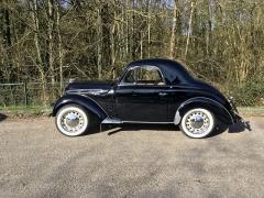 Kupé Juvaquatre pochází z roku 1939. Vzniklo jich pouze 30 kusů. Vůz o hmotnosti 760 kg pohání litrový čtyřválec