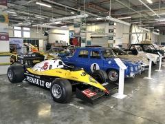 Místo, kde zaměstnanci Renault Classic oživují historii – renovační dílna, vekteré se pečuje ostroje z celé historie značky odreplik Type A ažpo malý tank Renault