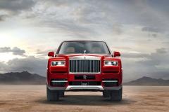 """Cullinan přenáší typický vzhled vozů Rolls-Royce """"o patro"""" výš. Charakteristické jsou hranaté azdánlivě jednoduché, ale promyšleně provázané linie"""