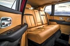 Druhá řada sedadel může být ve třímístném (na snímku) nebo dvoumístném provedení. Dveře se otevírají proti směru jízdy