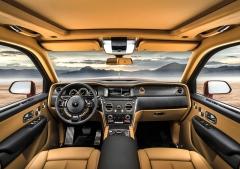 Palubní deska má typický styl Rolls-Royce a je oddělena od dveří aostatních částí interiéru