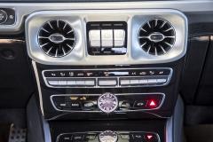 Středový panel je zcela ve stylu moderních modelů Mercedes-Benz. Trojice tlačítek závěrů diferenciálů prozrazuje konkrétní modelovou řadu...