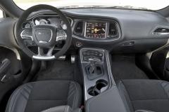 Pracoviště řidiče v Demonu výrazněji neopouští zvyklosti standardních řad Charger a Challenger, ať již jde o rozložení kontrolních aovládacích prvků nebo rozměrná a komfortní sedadla