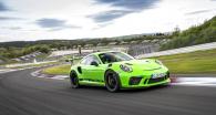 Verze RS modelu 911 GT3 zaujme propracovanou aerodynamikou, jež se projevuje například lízátkem na spodní hraně nárazníku nebo NACA otvory na kapotě