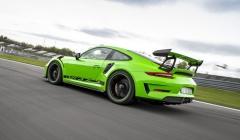 Zadní přítlačný spoiler je mechanicky nastavitelný avyužívá zkušeností ze závodních verzí modelu 911