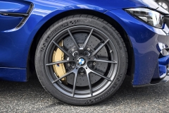 """Verze CS má vpředu 19"""" kovaná kola ohmotnosti 9 kg svyšším profilem pneumatiky, vzadumá kola sprůměrem 20 palců. Karbon-keramické brzdy jsou zapříplatek"""