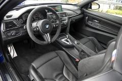 M4 CS má odlehčené obložení dveří a středového panelu, standardní výbavou je 7stupňová dvouspojková převodovka