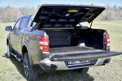 Nákladový prostor zkoušeného vozu byl opatřen praktickou plastovou vanou a vodotěsným krytem s plynovými vzpěrami aosvětlením