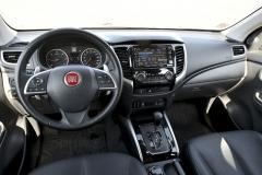 Palubní deska je v provedení Cross bohatě vybavena, nechybí multifunkční volant, multimediální soustava s navigací ani samočinná klimatizace