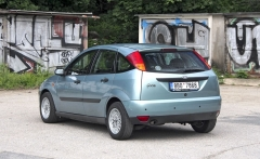 Ford Focus první generace s motorem 1.6i, typickou barvou a originálními litými ráfky znabídky Ford RS