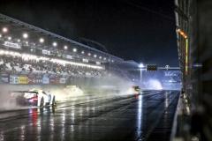 V noci začalo pršet, což jezdcům velmi ztížilo podmínky. Bílý vůz na fotografii je Scuderia Cameron Glickenhaus 003c, který letos dojel na 19. místě a jel spolu sRenaultem RS01 ve třídě SP-X