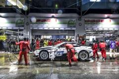 Jedna z plánovaných 18 zastávek vboxech vývojového Lexusu LC utýmu Toyota Gazoo Racing
