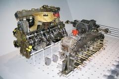 Srdcem vozu je vzduchem chlazený plochý dvanáctiválec boxer, v první verzi sobjemem válců 4494 cm3