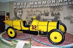 Ray Harroun na šestiválci Marmon Wasp 7,6 l vyhrál první ročník průměrnou rychlostí 120,02km/h (1911)