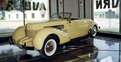 Cord 810 Supercharged Convertible Coupé zroku 1936, exponát muzea Auburn-Cord-Duesenberg v původním showroomu výrobce v Auburnu (Indiana)