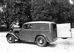 V zadní stěně dodávkového vozu byly jednokřídlé dveře bez okna (1934)
