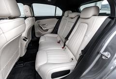 Zadní sedadla poskytují nyní více prostoru ikomfortu.