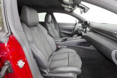 Přední sedadla jsou přiměřeně tuhá apodpírají celé tělo včetně ramen. Mohou mít programovatelnou pneumatickou masáž