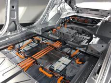 Uspořádání článků akumulátoru v36modulech (každý 12 článků) vpodlaze vozu